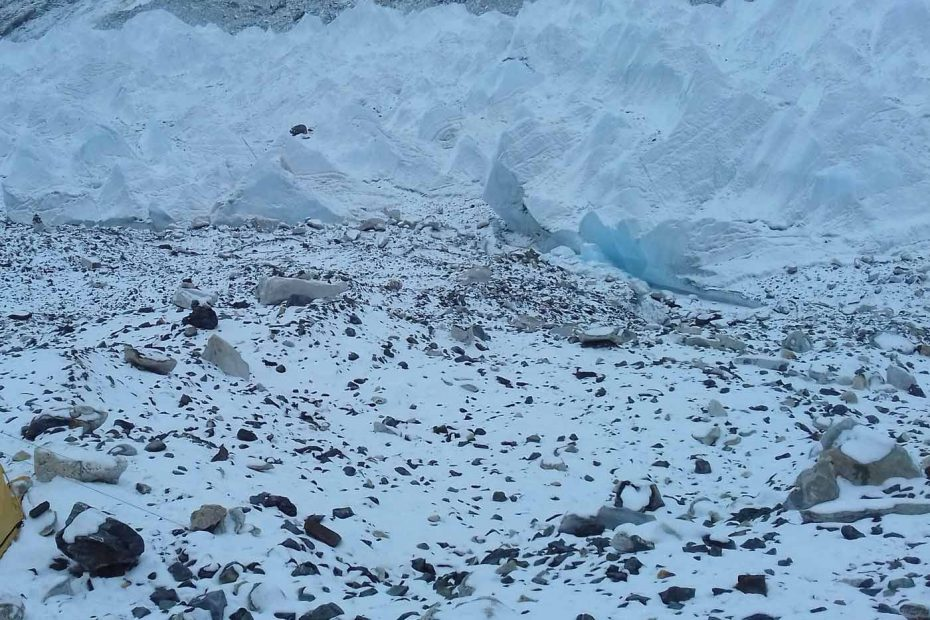 snowing in everest base camp
